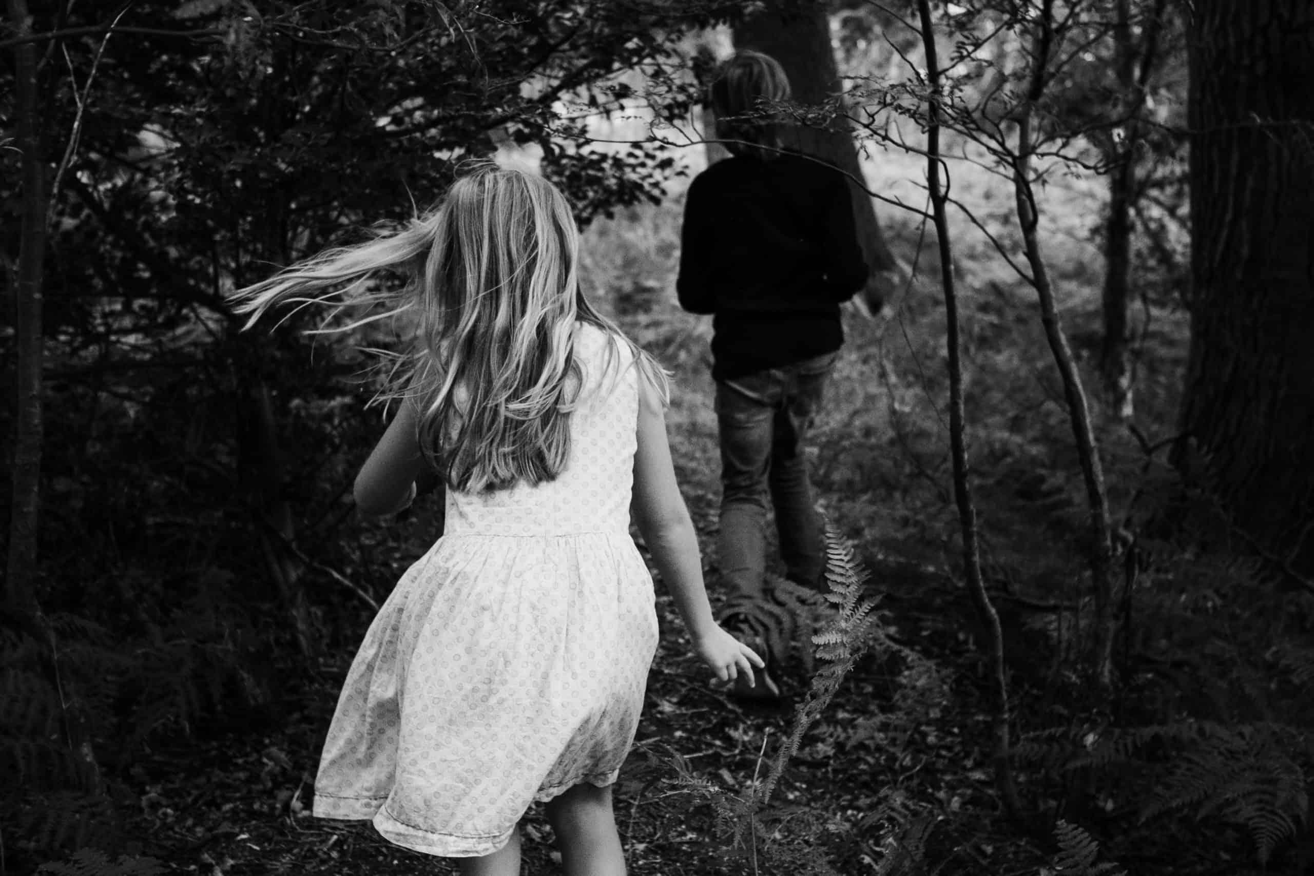 ein Mädchen und ein Junge ( sie sind Geschwister) streifen durch einen Wald , um sie herum ist großer Fahn