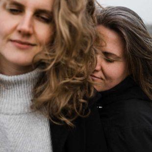 auf dem alten Rollfeld des Flughafen in Berlin stehen 2 Frauen, beide schließen die Augen, eine Frau lehnt sich an den Rücken der anderen Frau